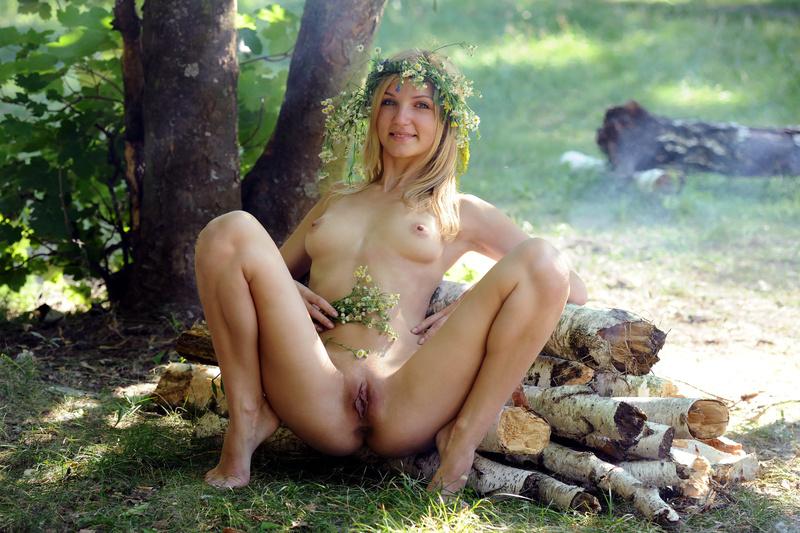фото голых молодых женщин на природе